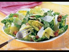 Caesar Salad was first created in 1924 by Italian-American restaurateur Caesar Cardini in Tijuana, Mexico. The salad became a family favorite and fashionable among celebrities, increasing the popularity of salads in general. Meatloaf Recipes, Chili Recipes, Salad Recipes, Parmesan, Olive Garden, Food Website, How To Make Salad, Diabetic Recipes, Food Videos