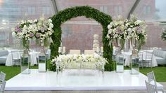Arco de enredadera, decoración sutil y clásica con flores en tonalidades blancas y lilas a cargo de Patricia González Diseño de Altura.