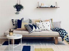 Met een aantal nieuwe kussens op je bank, kun je je woonkamer al een frisse look geven. Maar hoe doe je dat nou; kussens combineren?