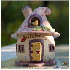 Windlicht Keramik - kleines Elfenhaus mit lila gesprenkeltem Dach und Vogel