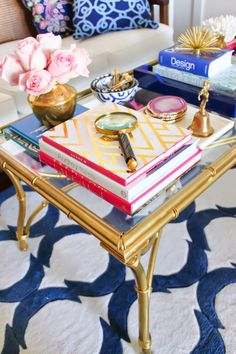 Blue and white. With pink. Nice styling on the coffeetable.