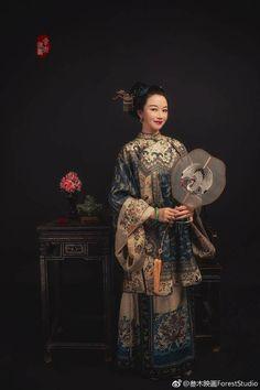 11 ~ this fan Chinese Traditional Costume, Traditional Fashion, Traditional Dresses, Oriental Dress, Oriental Fashion, Asian Fashion, Geisha, Shanghai Girls, Dynasty Clothing