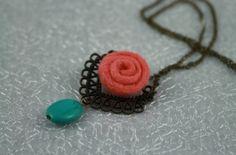 Bronzová retiazka s plstenou ružou