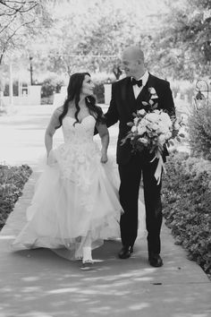 This is the look of love! Jeff+ Amber Photography, #weareBIGPictures, El Chorro, classic bouquet, garden bouquet