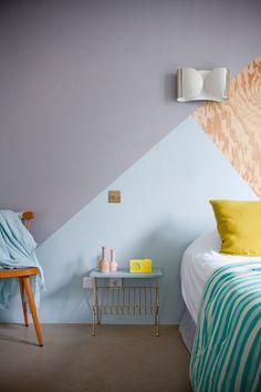 Pour un mur plein de relief, créez des formes géométriques avec de la peinture ou un adhésif trompe-l'oeil.