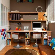 Un bureau à partager, un bureau familial    S'offrir une pièce bureau c'est chic, c'est bien, mais quand plusieurs en profitent, c'est encore mieux ! Ce bureau est celui des architectes d'intérieur Claire Escalon et Nicolas Lanno. Réalisé en contreplaqué de pin, ils ont installé un bureau sur mesure avec ses espaces rangement assortis. Un bureau unique, associé à des chaises vintage des années 70 et un tapis moelleux. Le tout, dans des tons bruns, chauds et doux.
