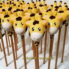 Giraffe cake pops                                                                                                                                                                                 More Giraffe Birthday Parties, Baby First Birthday, Giraffe Cakes, Giraffe Baby, Fancy Cakes, Cute Cakes, Jungle Cake Pops, Wedding Cake Balls, Chocolate