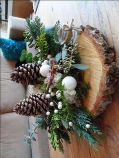 Mooi naturel kerst decoratie op boomschors.... eenvoudig gemaakt . Christmas Advent Wreath, Christmas Crafts For Gifts, Christmas Mood, Outdoor Christmas Decorations, Christmas Centerpieces, Christmas Activities, Christmas Projects, All Things Christmas, Holiday Decor