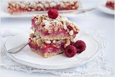 Kruche ciasto owsiane z malinami, które nie tylko jest bardzo zdrowe, ale także smaczne. Ciasto z dużą ilością płatków owsianych i malin.
