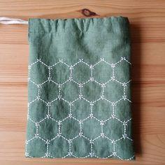 小さな巾着袋ができました。 裏生地も付いてるのでしっかりとしています。 刺し子の角亀甲(つのきっこう)という模様です。 #巾着#ミニバック#刺し子#角亀甲#グリーン