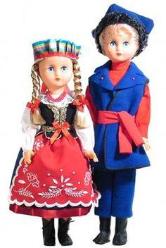 Strój Kujawski strój kobiecy: biała bluzka zdobiona koronką, sukienny ciemny gorset, spódnica wykończona na dole szeroką lamówką, bogato zdobiony białym haftem kujawskim fartuch, na głowie kolorowy czepek strój męski: czerwona koszula, granatowy kaftan przepasany czerwonym pasem, na głowie rogatywka obszyta futerkiem, wysokie buty, granatowe spodnie Pracownia Lalek Regionalnych FOLKLOR Ethnic Outfits, Ethnic Clothes, Folk Embroidery, American Girl, Harajuku, Costumes, Dolls, Disney Princess, Homeland