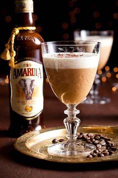 Kikker jou koffie op met Amarula Amarula het vanjaar 'n goue medalje by die International Wine & Spirit Competition (IWSC) in Londen verower. Gebruik dié bekroonde drankie in jou volgende koppie koffie. Baileys Irish Cream Coffee, Bourbon, Coffee With Alcohol, Easy Cocktails, Cocktail Drinks, Alcoholic Drinks, Beverages, B Recipe, South African Recipes
