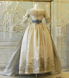 Tulle dress with silvery embroidery and a sky blue silk cloak, France 1830-1840. It belonged to Marie Louise of Austria, second wife of Napoleon I, Empress of the French from 1810 to 1814 and later Duchess of Parma.