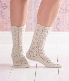 Suomen kansalliskukka kielo on pääosassa näissä pitsineulesukissa. Lace Socks, Crochet Socks, Knitted Slippers, Wool Socks, Slipper Socks, Knit Mittens, Knitting Socks, Hand Knitting, Knitting Patterns