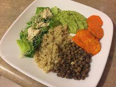 Ensalada de camote, quinoa, lentejas y guacamole