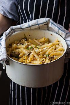 Casa è dove puoi cucinare un piatto di pasta. Pasta con carciofi, gambi di carciofo e pecorino