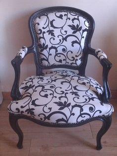 Fauteuil style Louis XV relooké par mes soins.  Peint en noir avec un tissu en coton écru avec des arabesques noires, style baroque.  Entièrement clouté.  Tient très peu - 13262067 Farmhouse Living Room Furniture, Furniture Dining Table, Apartment Furniture, My Furniture, Repurposed Furniture, Paint Upholstery, Chair Upholstery, Upholstered Chairs, Green Painted Furniture