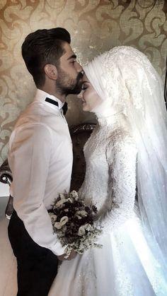 Görüntünün olası içeriği: 2 kişi – T-Shirts & Sweaters Bridal Poses, Wedding Poses, Wedding Photoshoot, Wedding Couples, Muslimah Wedding Dress, Muslim Wedding Dresses, Muslim Brides, Bridal Hijab, Wedding Hijab