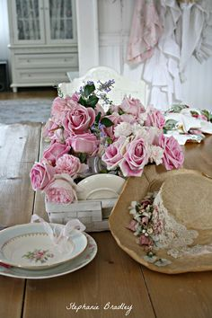 David Austin Roses oh and I love the hat! Patio Shabby Chic, Jardin Style Shabby Chic, Porche Shabby Chic, Cottage Shabby Chic, Rose Cottage, Shabby Chic Homes, Cottage Style, Deco Rose, David Austin Roses
