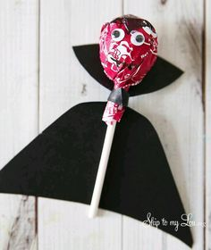 DIY Tootsie pop Dracula for Halloween from MichaelsMakres Skip To My Lou crafts for couples carterie, pergamano et tableaux Dulceros Halloween, Couples Halloween, Adornos Halloween, Manualidades Halloween, Halloween Crafts For Kids, Halloween Snacks, Halloween Birthday, Diy Halloween Decorations, Holidays Halloween