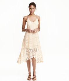 Sieh's dir an! Leicht ausgestelltes Kleid aus durchbrochener Spitze. Das Kleid hat schmale Träger und ein etwas verlängertes Rückenteil. Jerseyfutter. – Unter hm.com gibt's noch viel mehr.