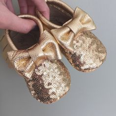 Gold Sparkle bow moccs moccasins perfect for baby pictures and 1st first birthday baby shower ideas baby food maternity baby girl announcement milestones breastfeeding