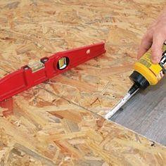 Préparation d'un revêtement de sol : poser des plaques d'OSB sur parquet