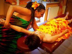MASAŻE    Masaż jest nie tylko znaną formą relaksu, ale także dzięki odpowiedniemu oddziaływaniu na tkanki ustroju, skutecznie leczy organizm. Pozwala zachować zdrowie i młodość. Po zabiegu można poczuć się wypoczętym i pełnym energii. Podczas masażu ciało całkowicie się relaksuje, skóra staje się gładka i jędrna, poprawia się również przemiana materii. Organizm się oczyszcza, co znacząco pomaga podczas odchudzania.