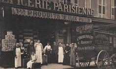 rue des Arènes - Paris 5ème - Au n° 4 de la rue des Arènes, voici la Grande Epicerie Parisienne vendant des produits Félix Potin, vers 1900. Paris 1900, Old Paris, Paris Bistro, Rue Mouffetard, Paris Vintage, French History, Old Photography, Bacchus, Alphonse Mucha