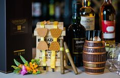 Whisky Bar zur Hochzeit mit handgemachten Holzfliegen von www.whitemonkey.design (Foto: WeddingPilots)