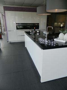 New Kitchen Cabinets, Kitchen Flooring, Kitchen Interior, Kitchen Decor, White Gloss Kitchen, Bungalow Kitchen, Cuisines Design, Modern Kitchen Design, New Homes