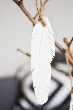 DIY: clay feather--another project for pottery class Porcelain Clay, Cold Porcelain, Dresden Porcelain, Diy Clay, Clay Crafts, Clay Projects, Diy Projects To Try, Do It Yourself Inspiration, Creation Deco