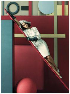 La grande fotografia di moda. Steven Meisel e Amber Valletta per Vogue nel 2007: nonostante tutto l'attenzione rimane focalizzata sull'abito, come sempre deve essere ....