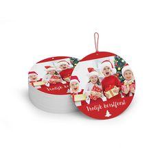 Kerstkaart in de vorm van een kerstbal. Met gepersonaliseerde tekst en foto.  www.dekaartjesfabriek.be