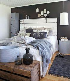Vit sänggavel i trä