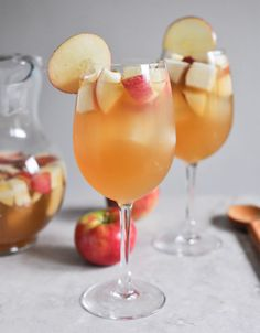 Apple cider sangria for the Fall! Recipe: 1 bottle (standard size) of pinot grigio 2 cups fresh apple cider 1 cup club soda cup ginger brandy 3 honey crisp apples, chopped 3 pears, chopped Party on! Fun Drinks, Yummy Drinks, Alcoholic Drinks, Refreshing Drinks, Party Drinks, Slushies, Sangria Recipes, Cocktail Recipes, Drink Recipes