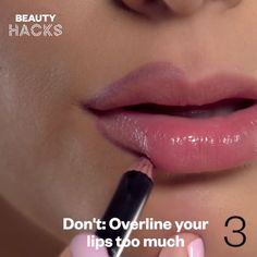 Avoid looking like a clown with these makeup hacks! auftragen schmale lippen Do's and Don'ts Makeup Hacks Too Faced, Makeup Hacks Lipstick, Contour Makeup, Eye Makeup, Lip Contouring, Makeup Hacks Videos, Beauty Hacks Video, Make Up Palette, Dupes