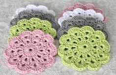 Funderar på att göra muggunderlägg av sådanna här!  Cute coasters. Pattern here http://crochet.about.com/od/vintage/ss/aa052606.htm