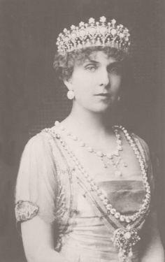 La reina Victoria Eugenia de España con el collar de chatones regalo de Alfonso XIII  y el collar de turquesas regalo de los reyes de Inglaterra.