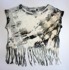 maglietta con frange tinta a mano con la tecnica del tye and