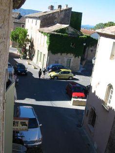 """la rue principale du village de cabrières d'avignon depuis la chambre 6 du """"Vieux Bistrot"""""""