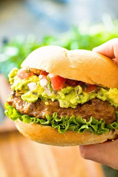 Delicious, juicy hamburgers with a kick from taco seasoning! These burgers are piled with homemade guacamole, pico de gallo and lettuce and served on a toasted bun! Taco Burger, Beef Burgers, Good Burger, Grilling Recipes, Beef Recipes, Traeger Recipes, Hamburger Recipes, Cooking Recipes, Live