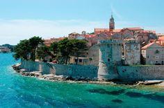 Mittelmeerpanorama vor mediterraner Kulisse: Das ist die kroatische Insel Korcula. Im Foto: die gleichnamige Stadt, die ein bisschen an Dubrovnik erinnert.