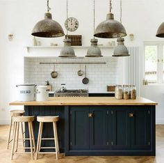 Tendances cuisine 2020 : 8 idées déco à adopter Kitchen trends 5 decor ideas to adopt The latest kitchen decor trends are here! Discover what 2019 offers for your future kitchen: colors, styles, materials, we tell you everything! Farmhouse Style Kitchen, Modern Farmhouse Kitchens, Vintage Farmhouse, White Kitchens, Kitchen Country, Vintage Kitchen, Cuisines Diy, Cuisines Design, Shaker Kitchen