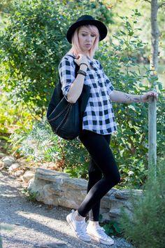 Un look made in #babou pour Cyrielle avec une #chemise à carreaux à 12€, un #legging à 4€, et des #baskets à 10€