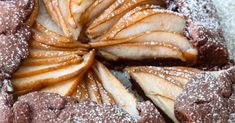 State pensando a preparare una torta che sia semplice, ma allo stesso tempo deliziosa e d'effetto ? Questa crostata alle pere e cioccolato puo' essere la scelta più giusta se volete stupire, ed allo stesso tempo essere sicuri che il vostro dessert piaccia a tutti. La dolcezza delle pere viene controbilanciata dalla pasta frolla al cacao, creando una crostata perfetta per un fine pasto. in compagnia. Relleno, Chocolate, French Toast, Dolce, Dessert Ideas, Breakfast, Desserts, Cakes, Food