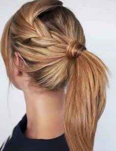 La ponytail stylisée Frange, tresse, cheveux enroulés sur l'élastique : chaque petit détail compte dans cette coiffure.