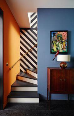 Projeto da designer Suzy Hoodless, juntamente com os arquitetos Hackett Holland. Décor do dia: Escada com cores complementares e listras (Foto: Divulgação)