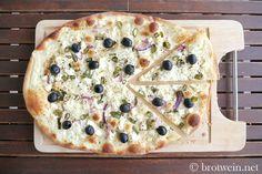 Flammkuchen griechischer Art mit Feta und schwarzen Oliven bringt die Sonne auf den Teller. Mit Schafskäse und Zwiebeln. Köstlich! Gelingt immer