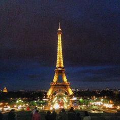 La Torre Eiffel es uno de los edificios mas conocidos y mas visitados durante todo el año. Esta torre fue inaugurada en 1889 como motivo del centenario de la revolución francesa y con el objetivo de demostrar la gran fuerza industrial y arquitectónica de Francia.